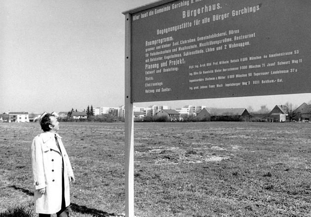 Bürgermeister Karl bei Bauschild für Bürgerhaus