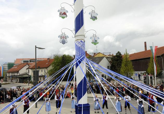 Tanz beim Maibaumaufstellen 2008