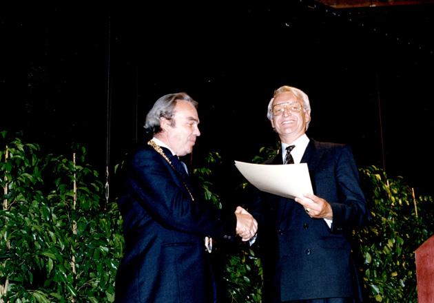 Übergabe der Urkunde zur Stadterhebung 1990 von Ministerpräsident Edmund Stoiber an Helmut Karl