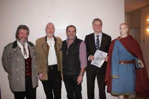 v.l. Walter Fölsner, Wiland Geisel, Josef Euringer mit Bürgermeister  Dietmar Gruchmann und dem Outfit für die 3 Gowirichs